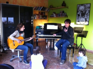Sessió de musicoteràpia al CEM María Grever amb els psicòlegs i musicoterapeutes Joan Capafons i Andrea Valverde